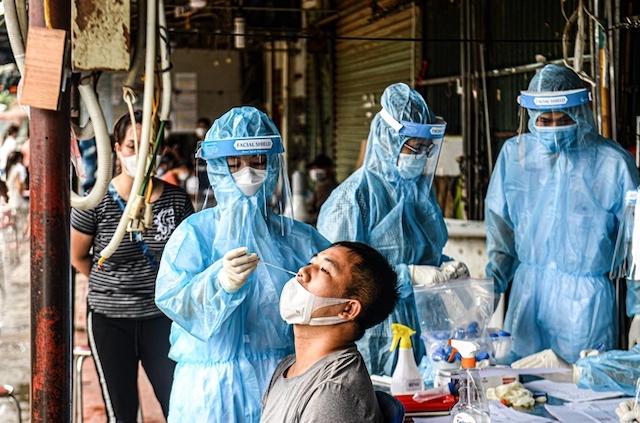 rung tâm Y tế quận Nam Từ Liêm lấy mẫu cho hơn 300 người bán hàng tại chợ Phùng Khoang.