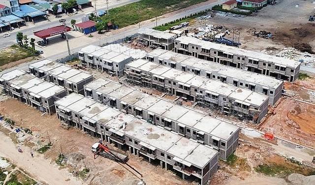 """Dù đang trong quá trình dự thảo kết luận thanh tra, Công ty CP Đầu tư APEC Thái Nguyên vẫn cho xây """"chui"""" hàng chục căn shophouse bên trong dự án Khu công nghiệp APEC Điềm Thụy."""