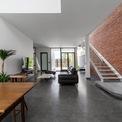 <p> Kiến trúc sư thống nhất bỏ một phần diện tích sàn bê tông không cần thiết, thay vào đó là các khoảng trống, các khoảng vườn nhỏ nhằm tạo ra sự thông thoáng cho ngôi nhà.</p>