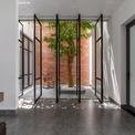 """<p> Hệ cửa mở ra các khoảng vườn được thiết kế chi tiết đóng mở linh hoạt, tạo nên những """"pattern"""" thú vị, nhẹ nhàng và tiết kiệm chi phí.</p>"""