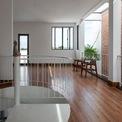 <p> Thay vì dùng quá nhiều vật liệu hoàn thiện, kiến trúc sư ưu tiên sử dụng các chất liệu sẵn có của tự nhiên. Quan điểm này của kiến trúc sư đã giúp ngôi nhà đón được nhiều ánh sáng, gió, dễ dàng tiếp cận với cây xanh.</p>