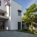 <p> Ngôi nhà sau cải tạo mang dáng vẻ hiện đại với màu sơn trắng, xung quanh là cây xanh, sân vườn.</p>