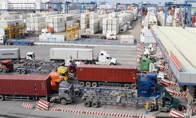 container vận chuyển hàng hóa vào cảng Cát Lái. Ảnh: TTXVN.