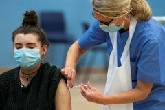 Anh dự kiến tiêm vaccine Covid-19 cho người 16 - 18 tuổi