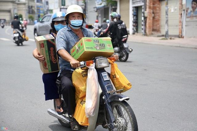 Trong những ngày giãn cách xã hội, mì ăn liền là mặt hàng được nhiều gia đình ưa chuộng vì tiện lợi. Ảnh: Quỳnh Danh.