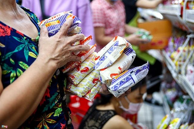 Gói nêm mì ăn liền thiếu hành lá sẽ không thể cung ứng ra thị trường. Ảnh: Quỳnh Danh.