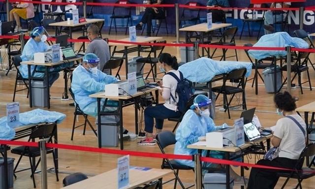 Người dân đăng ký tiêm vaccine Covid-19 ở Nam Kinh. Ảnh: Xinhua.