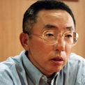 <p> Yanai sinh ra ở miền nam Nhật Bản vào năm 1949, là con trai của một người bán quần áo. Cha ông có một cửa hàng nhỏ bán quần áo nam mang tên Men's Shop Ogori Shoji. Thời điểm đó, shop kinh doanh ở tầng 1 còn gia đình ông thì sinh hoạt ngay tầng trên. Đến những năm 1970, thương hiệu này đã mở rộng ra một số cửa hàng. (Ảnh: <em>Getty Images</em>)</p>