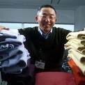 <p> Năm 1984 tại Hiroshima, Yanai thành lập Unique Clothing Warehouse, sau này được viết tắt là Uniqlo. Vài năm sau, ông cũng đổi tên công ty quần áo của cha mình thành Fast Retailing. Công ty đã phát triển nhanh chóng trong vài năm sau đó. Đến năm 1996, Yanai đã có hơn 200 cửa hàng trên khắp Nhật Bản. Áo khoác lông cừu trị giá 15 USD của Uniqlo là sản phẩm phổ biến nhất của thương hiệu này, ước tính cứ 4 người Nhật thì có một người mua áo này vào năm 1998. (Ảnh: <em>Koichi Kamoshida/Liaison</em>)</p>