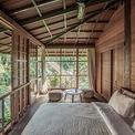 <p> Giống với phòng khách, phòng ngủ cũng hướng về thiên nhiên, bao quanh bởi các bức tường kính. Sự trong lành của khu vườn tạo nên vẻ hoang sơ nhưng cũng thơ mộng cho không gian.</p>