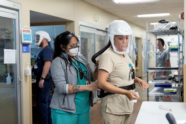 Nhân viên y tế làm việc trong khu vực hồi sức tích cực (ICU) dành cho bệnh nhân Covid-19 ở bang Utah, Mỹ. Ảnh: Reuters.