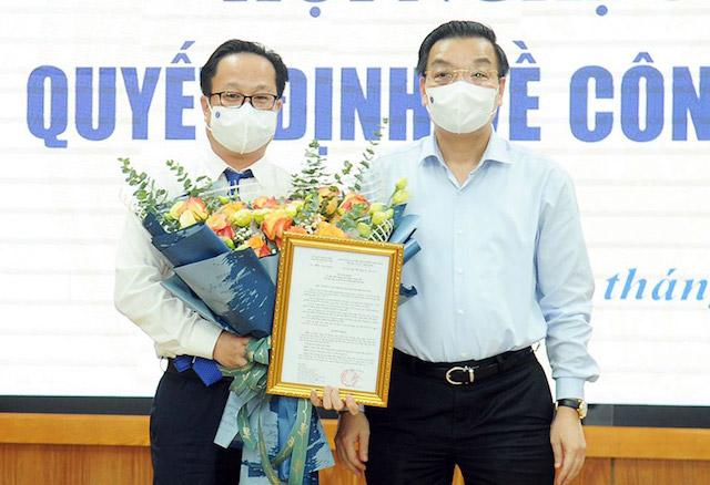 Chủ tịch UBND thành phố Hà Nội Chu Ngọc Anh trao quyết định bổ nhiệm đồng chí Trần Thế Cương giữ chức Giám đốc Sở Giáo dục Hà Nội.
