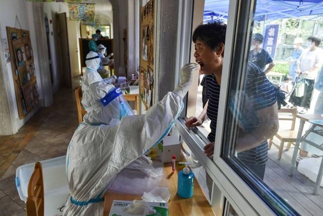 Đợt bùng phát dịch mới khiến Trung Quốc phải áp đặt một số biện pháp hạn chế để đối phó. Ảnh: Japan Times.