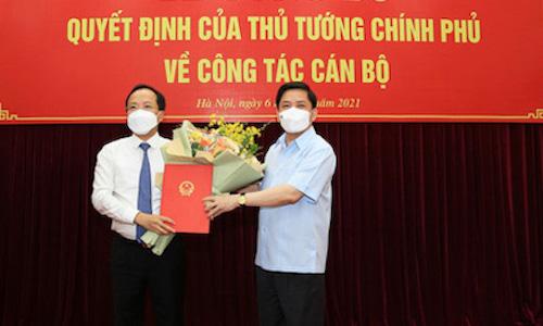 Bộ trưởng Nguyễn Văn Thể (phải) trao quyết định bổ nhiệm ông Nguyễn Duy Lâm làm thứ trưởng Bộ Giao thông vận tải .