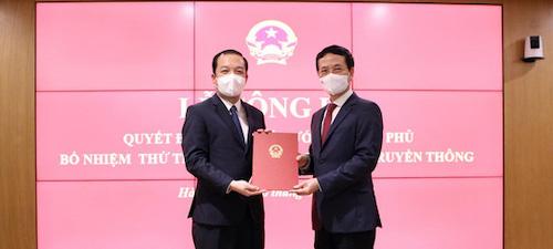 Bộ trưởng Thông tin & Truyền thông Nguyễn Mạnh Hùng trao quyết định cho tân thứ trưởng Phạm Đức Long.