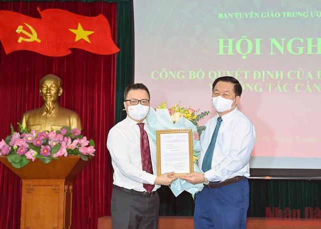 Trưởng Ban Tuyên giáo Trung ương Nguyễn Trọng Nghĩa (bên trái) trao quyết định cho ông Lê Quốc Minh