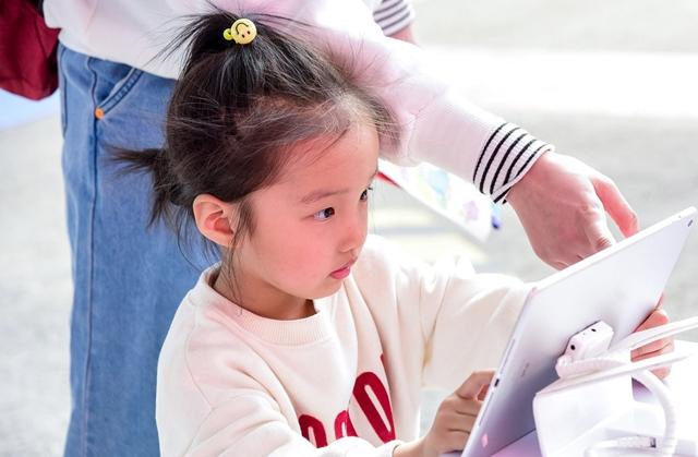 Sự lo lắng của các bậc cha mẹ Trung Quốc đã thúc đẩy ngành công nghiệp dạy thêm trị giá hàng tỷ USD. Ảnh: Reuters.