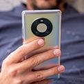 """<p class=""""Normal""""> <strong>4. Huawei Mate 40 Pro (136 điểm camera sau, 104 điểm camera trước)</strong></p> <p class=""""Normal""""> Cụm máy ảnh của Mate 40 Pro được đặt trong """"vòng không gian"""" hơi lồi lên so với mặt lưng. Máy ảnh chính độ phân giải 50 megapixel, cảm biến RYYB 1/1,28 inch lớn nhất thị trường, khẩu độ f/1.9. Ống kính góc siêu rộng độ phân giải 20 megapixel, khẩu độ f/1.8. Ống kính tiềm vọng 12 megapixel, f/3.4, hỗ trợ zoom quang 5x và cảm biến ToF. Huawei tiếp tục hợp tác cùng Leica để đem đến chất lượng hình ảnh tốt hơn cho người dùng.</p>"""