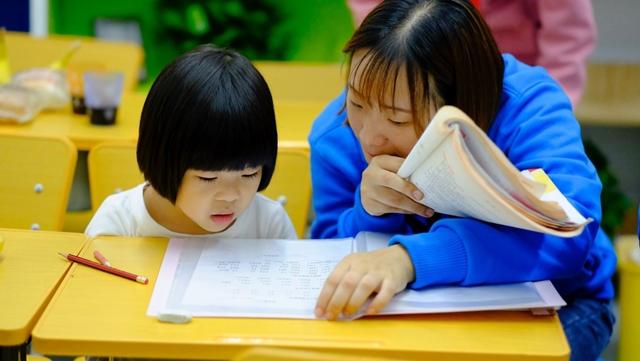 """Các doanh nghiệp kiếm lời trên nỗi lo lắng của cha mẹ rằng con cái của họ bị bỏ lại trong một hệ thống giáo dục """"học để thi"""". Ảnh: Reuters."""