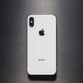 """<p class=""""Normal""""> iPhone X được ra mắt năm 2017, hiện không còn được bán chính hãng tại Việt Nam. Model này đang xuất hiện dưới dạng qua sử dụng với giá 7,5-9 triệu đồng cho phiên bản 64 GB, tùy tình trạng và cửa hàng. Ảnh: <em>The Verge.</em></p>"""