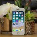 <p> iPhone 8 có màn hình 4,7 inch với viền dày, nút Home tích hợp cảm biến vân tay Touch ID, camera sau 12 MP và chip xử lý Apple A11 Bionic. Cấu hình này vẫn đáp ứng một số nhu cầu sử dụng cơ bản, song thiết kế của máy đã lỗi thời, khả năng bị dừng cập nhật phần mềm sau 2-3 năm. Thời lượng pin của thiết bị cũng không được đánh giá cao. Ảnh:<em> Expert Reviews.</em></p>