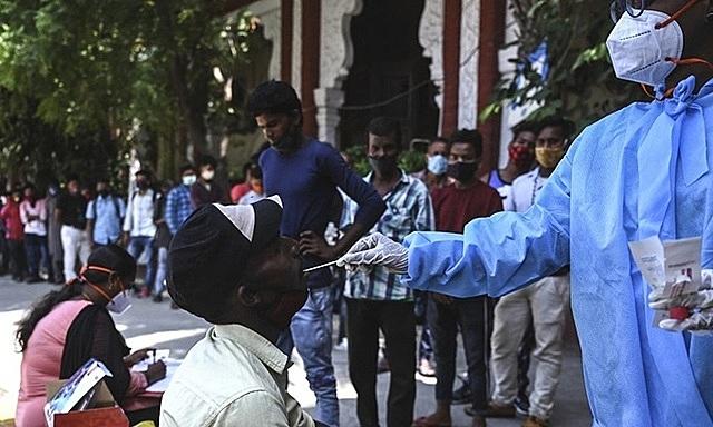 Nhân viên y tế lấy mẫu xét nghiệm Covid-19 cho lao động nhập cư ở thành phố Chennai, bang Tamil Nadu, Ấn Độ hôm 7/8. Ảnh: AFP.