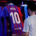 <p> Barca đang có giá trị thương hiệu cao thứ hai thế giới bóng đá với 1,26 tỷ bảng. Tuy nhiên, sau sự ra đi của Messi, Brand Finance ước tính giá trị thương hiệu của Barca giảm 11%, tương đương với mức 137 triệu euro. Thu nhập từ các hợp đồng tài trợ hay tiền bản quyền truyền hình Barca nhận được sẽ giảm do sự ra đi của siêu sao người Argentina.</p>