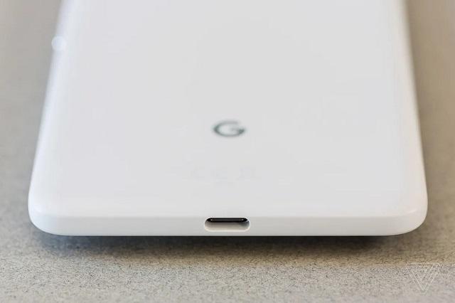 Học hỏi Apple, Google bắt đầu loại bỏ cổng cắm tai nghe từ thế hệ Pixel 2. Ảnh: The Verge.
