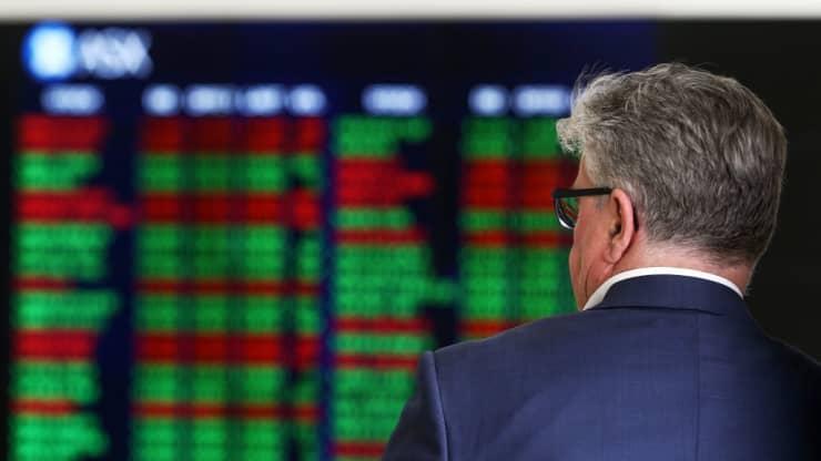 Chứng khoán châu Á trái chiều, giá dầu lao dốc hơn 3%