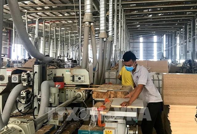Sản xuất đồ gỗ tại Công ty TNHH MTV Triệu Phú Lộc, thị xã Tân Uyên. Ảnh: Chí Tưởng-TTXVN