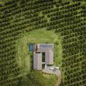 <p> Công trình gồm 2 khối, bố trí theo hình chữ U và kết nối với nhau qua một khoảng sân vườn đầy cây xanh ở giữa.</p>