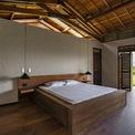 <p> Nhà được xây dựng bằng đá phiến đen tự nhiên, kết hợp cùng trần và sàn gỗ, mang lại cảm giác tự nhiên.</p>