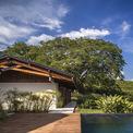 <p> Một ngôi nhà được xây ở độ cao 750 m so với mực nước biển tại Colombia gây ấn tượng bới không gian ấm cúng, tiện nghi và hiện đại. Thảm thực vật bao quanh nhà mang lại những trải nghiệm đặc biệt cho những người sở hữu.</p>