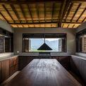 <p> Khu bếp là một trong những điểm nhấn của ngôi nhà khi có thể nhìn ra thiên nhiên từ 4 hướng. Những ô cửa sổ rộng tạo nên tầm nhìn vô tận.</p>