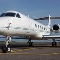 <p> Gulfstream V là máy bay phản lực thương mại, do hãng máy bay Mỹ Gulfstream Aerospace sản xuất. Sức mạnh của mẫu máy bay này đến từ 2 động cơ phản lực Rolls-Royce BR700, lực đẩy 6,6 tấn, tốc độ tối đa 941 km/h, tầm hoạt động tối đa 10.742 km.</p>