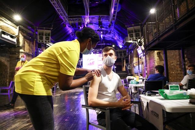 Một người dân được tiêm vaccine ở London, Anh. Ảnh: Reuters.