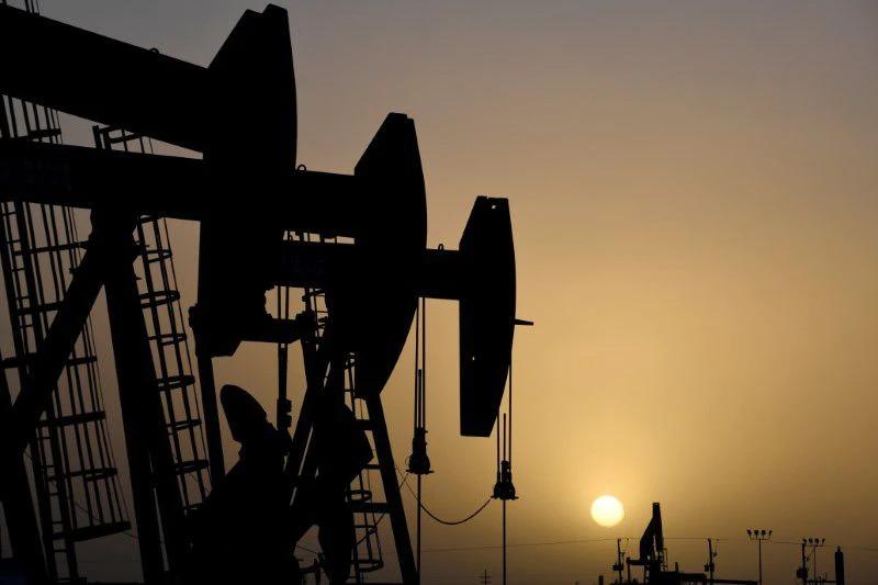 Giá dầu giảm hơn 2%, xuống đáy 3 tuần, vàng bị bán tháo
