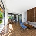 """<p class=""""Normal""""> Ngôi nhà được thiết kế đơn giản với nhiều không gian, giúp cảm nhận được thiên nhiên. Để tạo ra một cuộc sống không biên giới, các kiến trúc sư đã cắt bỏ nhiều bức tường bên trong ngôi nhà, thay vào đó là những tấm kính lớn.</p>"""