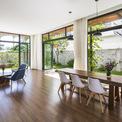 <p> Tầng trệt của ngôi nhà chính là điển hình của thiết kế này. Đó là một không gian rộng lớn liên thông phòng khách, bếp, bàn ăn. Nội thất sử dụng bên trong đơn giản.</p>