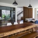 <p> Không quá cầu kỳ, nội thất tầng trệt theo phong cách hiện đại, được bố trí gọn gàng. Ngay tại không gian bếp, bàn ăn, hệ thống cửa thông ra sân vườn được thiết kế linh hoạt nhằm tối đa hóa sự kết nối giữa trong nhà và ngoài trời.</p>
