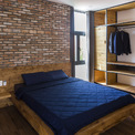 """<p class=""""Normal""""> Lên một tầng khác, qua cầu thang gỗ, không gian mở ra với sự yên tĩnh, tĩnh lặng. Không quá nhiều nắng, gió, tầng một với khung kính và cửa chớp bằng gỗ tạo sự thư giãn, nhẹ nhàng hơn.</p>"""