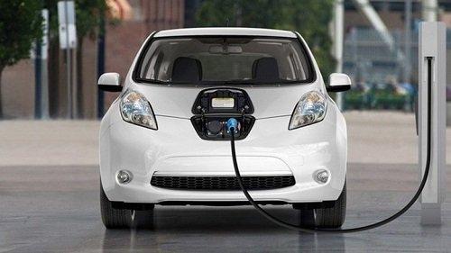 Bộ Tài chính dự kiến lệ phí trước bạ ôtô điện bằng 50% so với phương tiện chạy xăng, dầu. Ảnh minh họa.