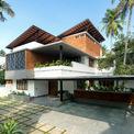 """<p class=""""Normal""""> Vị trí gần biển Kollam ở Kerala, Ấn Độ cùng kiểu khí hậu ẩm là 2 yếu tố khiến kiến trúc sư của dự án lên ý tưởng cho một kế hoạch mở. Mục tiêu là thiết kế một ngôi nhà tiết kiệm năng lượng, được hưởng lợi từ các hiện tượng tự nhiên như gió, ánh sáng.</p>"""