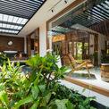 <p> Nhà được chia thành nhiều lớp. Những bức tường tổ ong đóng vai trò là lớp cản nhiệt từ hướng tây, ngăn ánh nắng chiếu trực tiếp vào bên trong. Khoảng đệm được bố trí thêm cây xanh.</p>