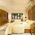 <p> Ngôi nhà kết hợp nhiều loại vật liệu, đặc biệt là gỗ. Phần lớn nội thất đều có màu sáng, làm tăng thêm cảm giác thoáng đãng cho không gian.</p>