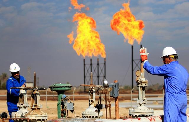 Công nhân làm việc tại một cơ sở khai thác dầu ở Basra, Iraq. Ảnh: AFP/TTXVN