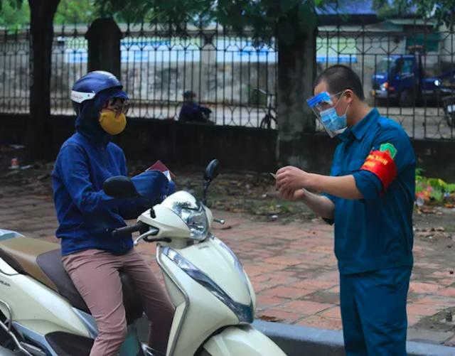 Hà Nội: Người dân ra, vào chốt kiểm dịch khai báo y tế bằng mã QR