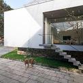 <p> Giải pháp là nâng sàn nhà lên bằng cách tạo ra một nền đá cao ngay trong khuôn viên của ngôi nhà cũ.</p>