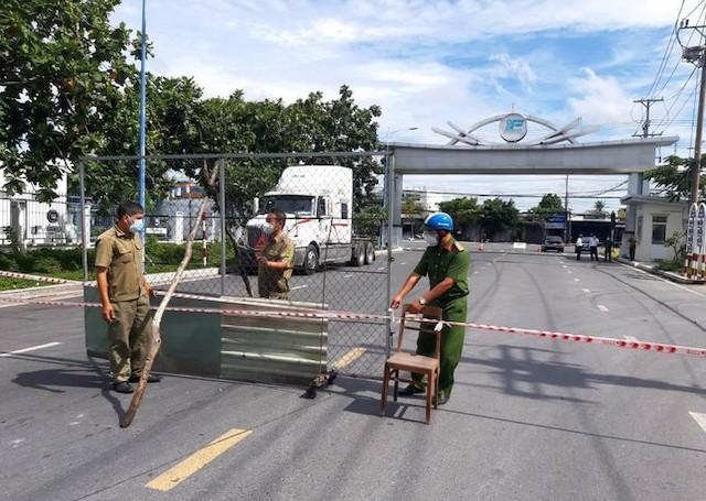 Lượng lượng chức năng triển khai chốt chặn tại KCN Trà Nóc, quận Bình Thủy, thành phố Cần Thơ.