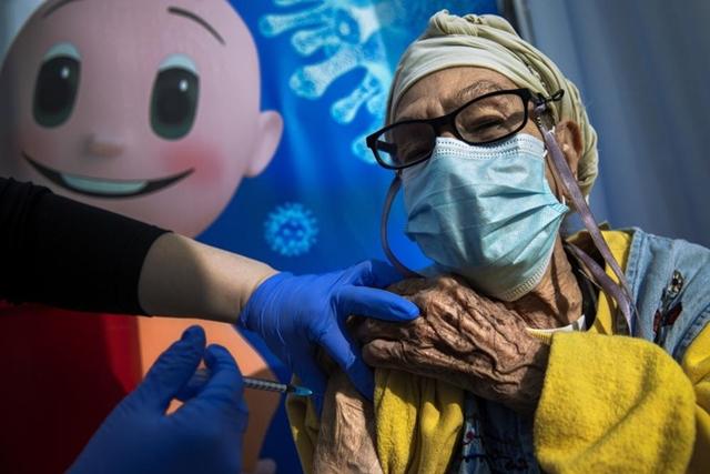 Một số nước như Israel đã bắt đầu tiêm nhắc lại mũi vaccine thứ 3 cho nhóm người rủi ro cao trước sự lây lan nhanh chóng của biến chủng Delta. Ảnh: AP.